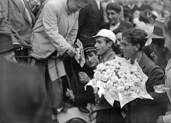 Antonio Montes es entrevistado por un periodista a su llegada a la capital hispalense en la primera edición de la Vuelta en 1935 / Archivo Sánchez del Pando (Fototeca Municipal)
