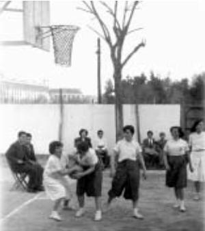 Partido femenino entre el Labradores y la Escuela de Artes y Oficios, en la pista del Labradores / Foto: Libro '75 años de baloncesto andaluz'