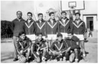 Antonio Rufo, uno de los pioneros del baloncesto sevillano, dirigiendo al equipo de la Diputación / Foto: Libro '75 años de historia del baloncesto andaluz'