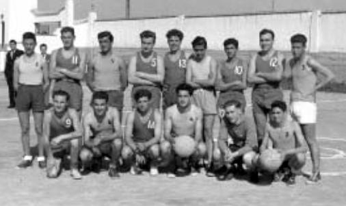 El equipo del SEU posa con sus rivales, los jugadores del Fragata Inglesa / Foto: Libro '75 años de historia del baloncesto andaluz'