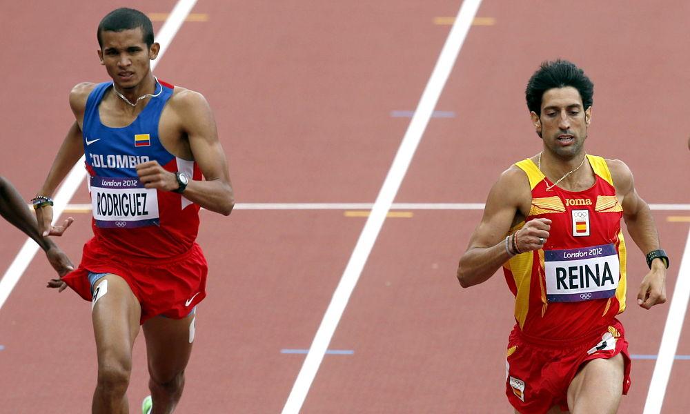 LON54 LONDRES (REINO UNIDO) 6/8/2012.- El español Antonio Reina (dch) y el colombiano Rafith Rodríguez durante la serie clasificatoria para la semifinales de 800 metros de los Juegos Olímpicos de Londres hoy, 6 de agosto de 2012. Reina disputará las semifinales mientras Rodríguez quedó eliminado. EFE/Alberto Estévez